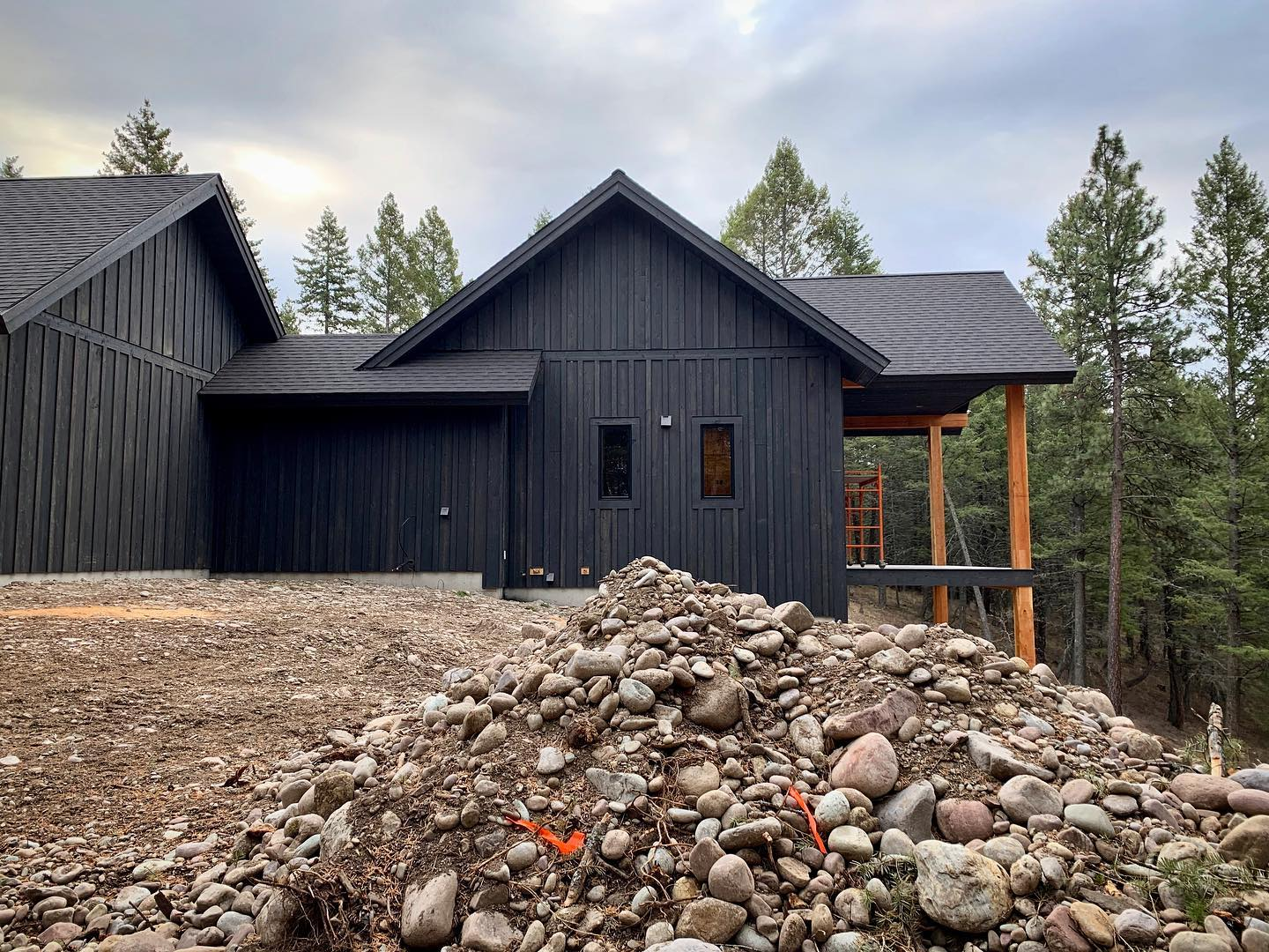 How much do I love this charcoal gray board and batten siding?? whitefish custom home builder